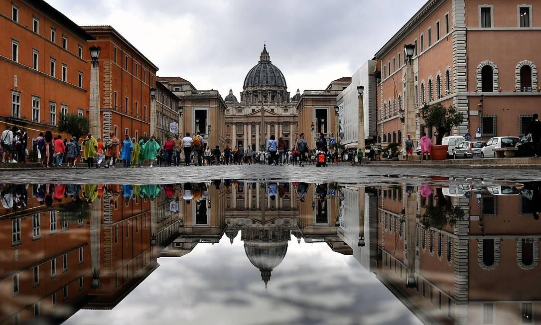 Diretor e funcionários do Vaticano são suspensos após ...