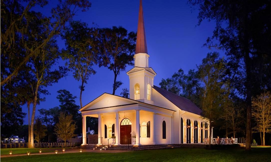 Do lado de fora da capela em estilo clássico, muito verde Foto: Preferred Hotels & Resorts