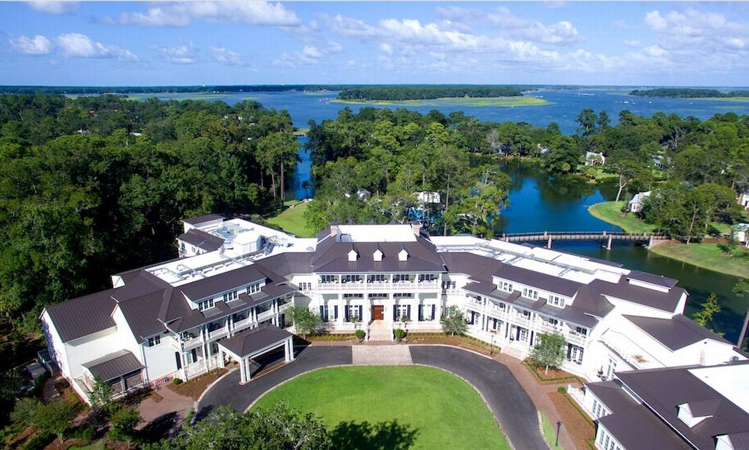 Uma foto aérea do hotel, de onde se vê o lago e o bosque, além da estrutura do hotel Foto: Preferred Hotels & Resorts