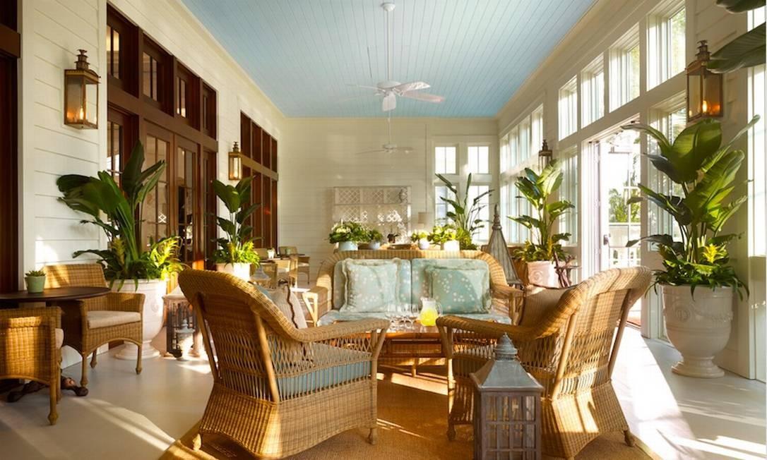 Uma das salas com mobiliário em estilo colonial: plantas, móveis de vime, janelões, tons claros Foto: Preferred Hotels & Resorts