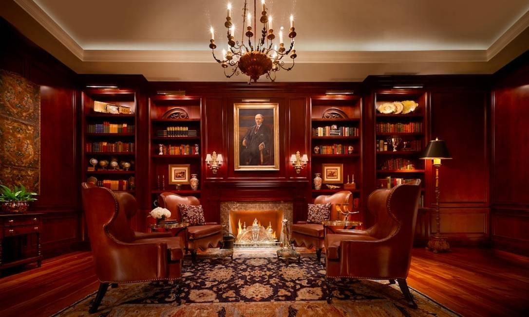 Sala de leitura, com mobiliário mais sóbrio, com couro, tapetes, lareira Foto: Preferred Hotels & Resorts