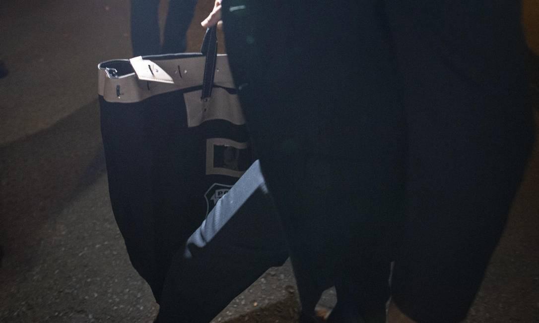 Policiais federais deixam o apartamento de Rodrigo Janot com arma, munição, celular apreendidos Foto: Daniel Marenco / Agência O Globo - 27/09/2019