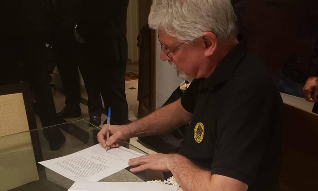 Janot assina o auto circunstanciado sobre os bens apreendidos durante a busca feita pela PF Foto: Reprodução Twitter