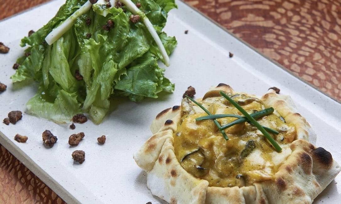 Eccellenza: cesta de massa de pizza recheada com camarão Foto: Divulgação/Selmy Yassuda