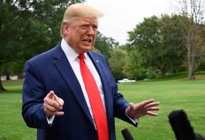 O presidente Donald Trump fala na Casa Branca: campanha arrecadou mais com o processo de impeachment Foto: JIM WATSON / AFP