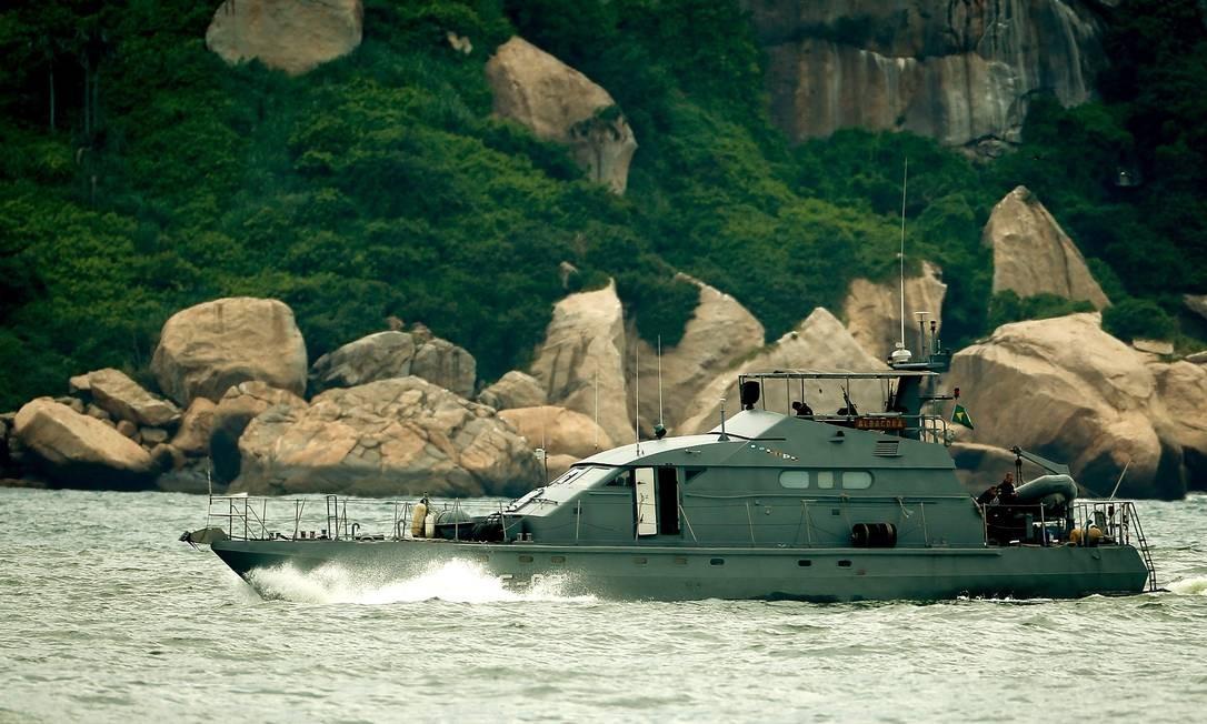 Embarcação da Marinha, durante buscas em março por armas que teriam sido jogadas por homens ligados a Lessa, a mando de sua esposa, Elaine Lessa Foto: Roberto Moreyra / Agência O Globo