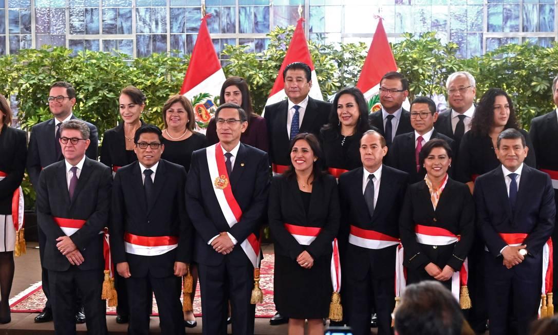 O presidente do Peru, Martín Vizcarra (com a faixa diagonal) à frente de seu novo gabinete de ministros, empossados em cerimônia nesta quinta: 11 novos nomes e oito mulheres Foto: CRIS BOURONCLE/AFP