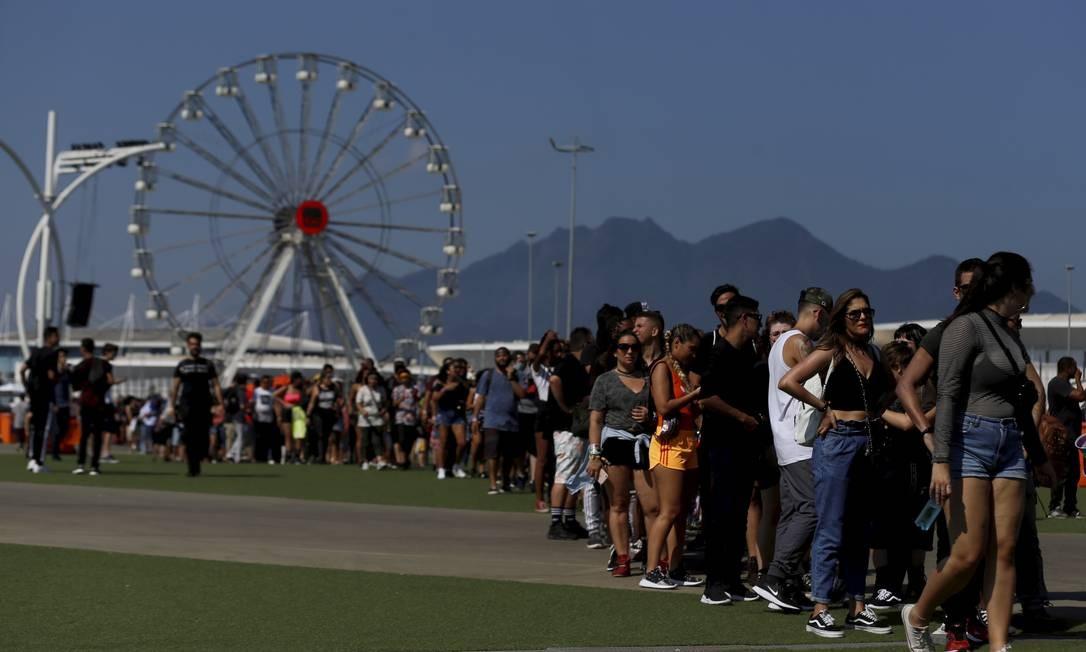 Público do Rock in Rio faz fila para a tirolesa, sob o sol forte desta quinta-feira Foto: MARCELO THEOBALD / O Globo