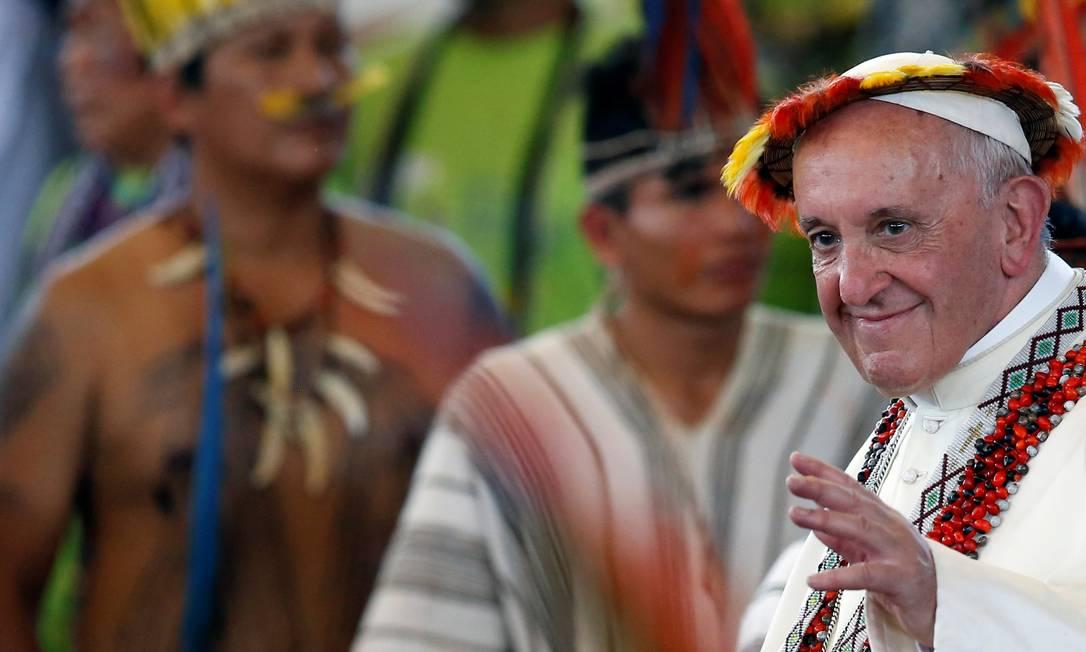 O Papa Francisco, usando ornamentos indígenas, visitou indígenas em Madre de Dios, no Peru Foto: HENRY ROMERO / Reuters/19-1-2018