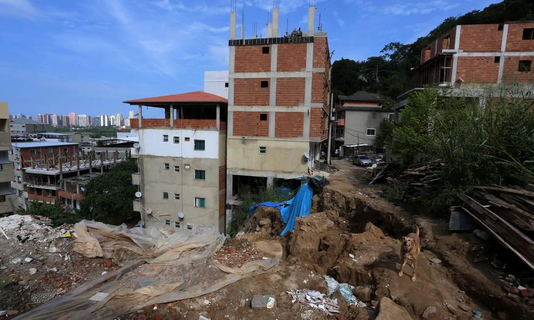 Na foto, o que restou da Rua Dalia , no Condominio Figueiras do Itanhangá, onde dois os prédios desabaram Foto: Fabiano Rocha / Agência O Globo