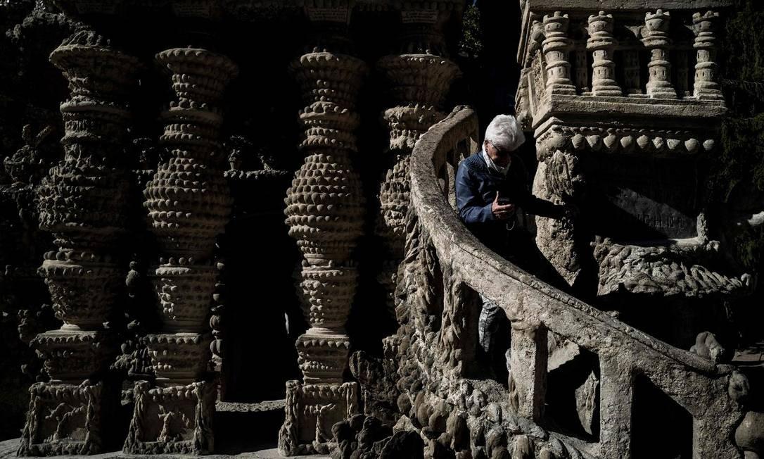 Visitante caminha por uma das escadas do Palais Ideal, em Hauterives Foto: JEFF PACHOUD / AFP