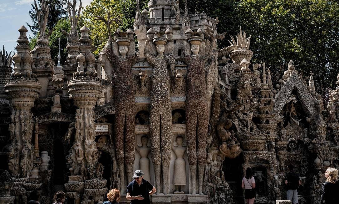 Três estátuas imensas decoram uma das fachadas do Palais Ideal Foto: JEFF PACHOUD / AFP