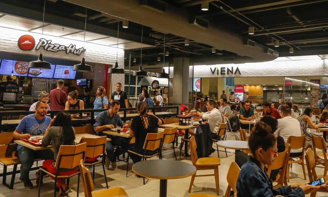 Em média, R$ 215,96 são gastos com comida fora do domicílio Foto: Marcelo Regua / Agência O Globo