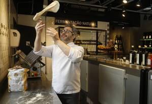 O chef Sergio Gustavo Vivas prepara pão especial na cozinha do Frisée Gourmet, em Icaraí: clientes, antes resistentes, viraram fãs. Foto: Fábio Guimarães / Agência O Globo