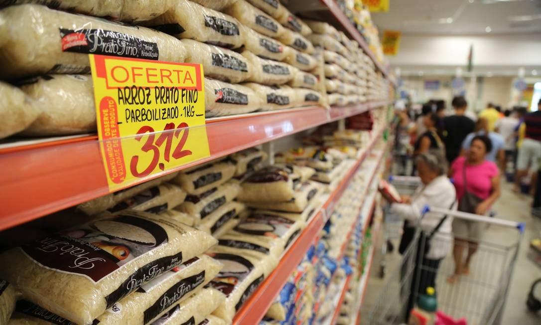 Gastos com arroz, feijão e outros cereais correspondem a 5% das despesas com alimentação dentro de casa, segundo o IBGE Foto: Custódio Coimbra / Agência O Globo