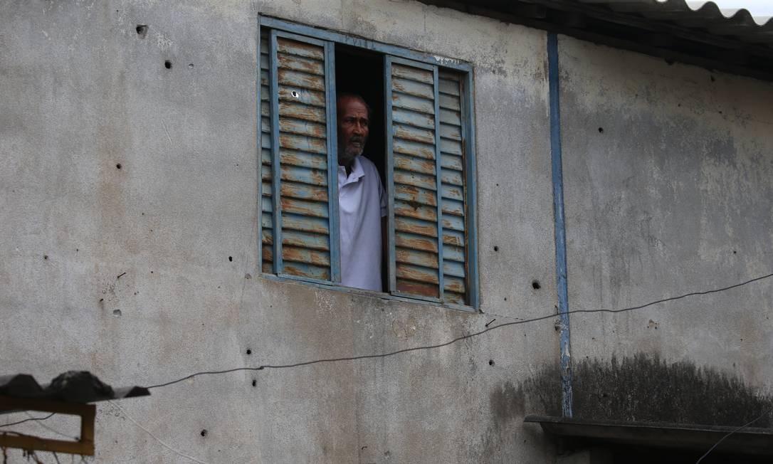 Marcas dos tiros da disputa pelo controle do tráfico de drogas entre traficantes do Chapadão e da Pedreira Foto: Fabiano Rocha / Agência O Globo
