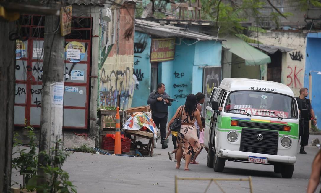 Policiais Militares vasculham a comunidade Foto: Fabiano Rocha / Agência O Globo