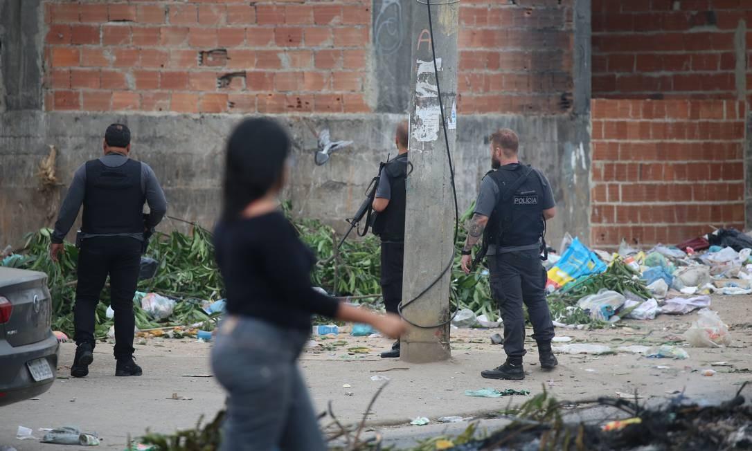 Moradores voltam a rotina depois do tiroteio Foto: Fabiano Rocha / Agência O Globo