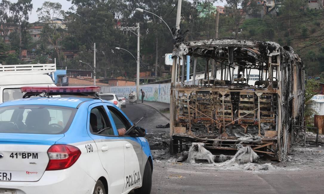 Os ônibus foram incendiados na Avenida Pastor Martin Luther King Júnior e na Estrada de Botafogo Foto: Fabiano Rocha / Agência O Globo