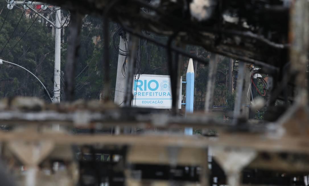 Sete ônibus foram incendiados em Costa Barros, Zona Norte do Rio, no guerra entre facções rivais Foto: Fabiano Rocha / Agência O Globo
