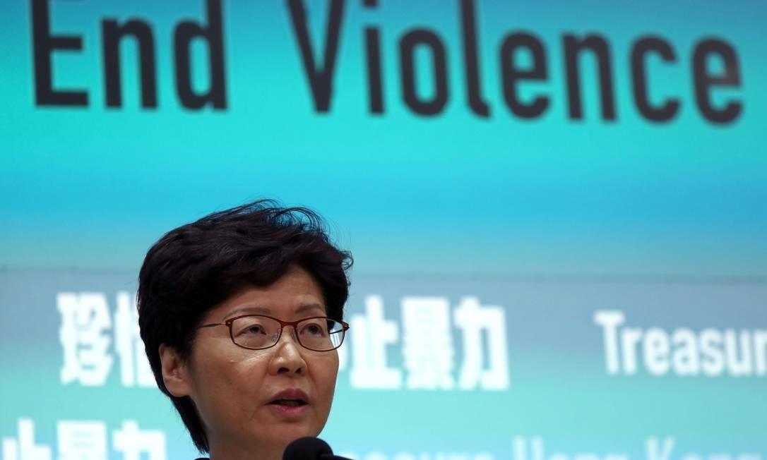 Chefe do Executivo de Hong Kong, Carrie Lam, durante anúncio de veto ao uso de máscaras Foto: ATHIT PERAWONGMETHA / REUTERS