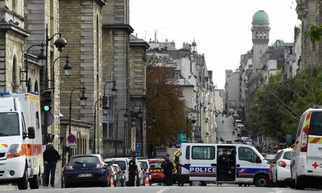 Polícia cerca rua da sede policial, no centro de Paris Foto: BERTRAND GUAY / AFP