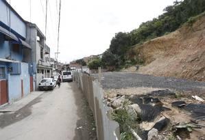Tapumes entre as moradias da Rua Carlos Chagas e a área em que ocorreu o deslizamento: moradores aguardam início das obras de contenção Foto: Fábio Guimarães / Agência O Globo