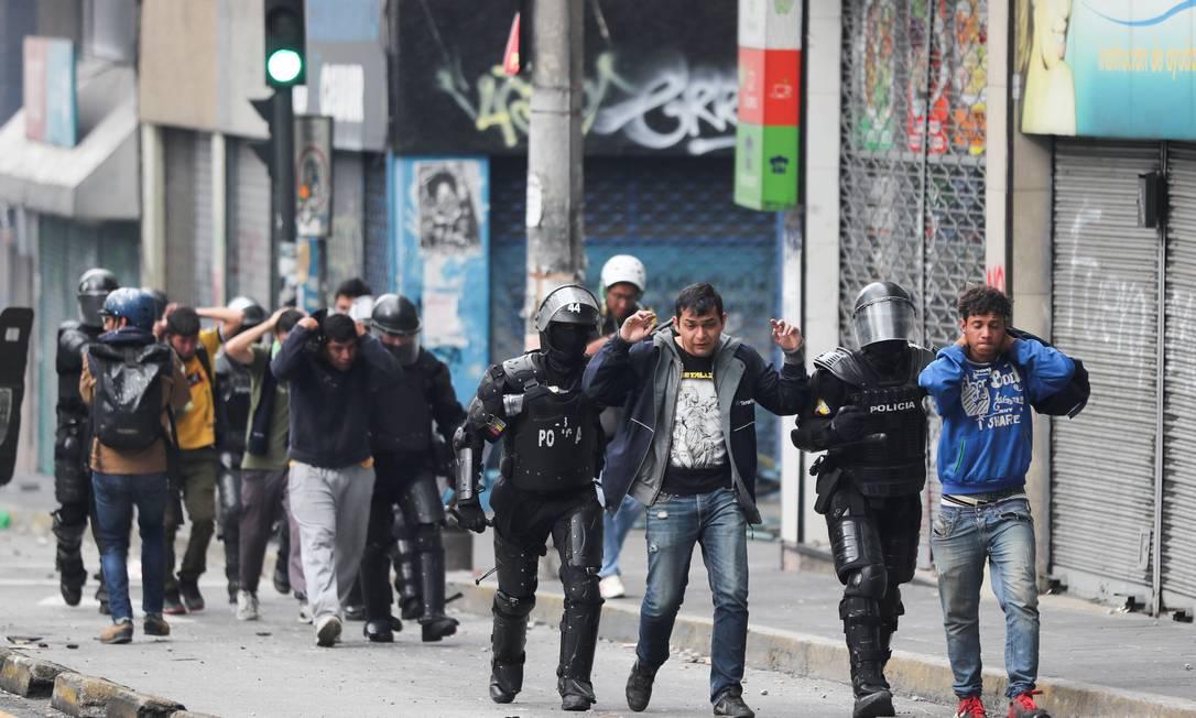 Membros da polícia de choque detêm manifestantes durante protestos após o governo do presidente do Equador, Lenín Moreno, acabar com os subsídios de combustível Foto: IVAN ALVARADO / REUTERS