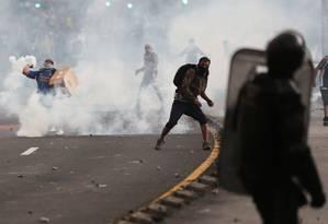Manifestantes entram em conflito com a polícia de choque durante protestos em Quito, no Equador Foto: IVAN ALVARADO / REUTERS