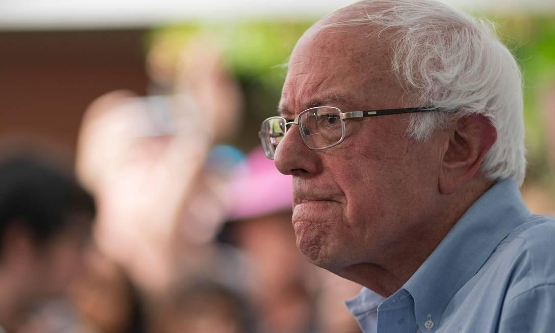O senador Bernie Sanders, de 78 anos, deixou o hospital nesta sexta-feira após sofrer um infarto. Ele não disse quando vai retomar a campanha pela vaga democrata à presidência dos EUA Foto: ALEX EDELMAN / AFP