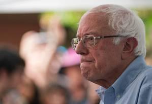 Senador Bernie Sanders, de 78 anos, deixou o hospital nesta sexta-feira após sofrer um infarto. Ele não disse quando vai retomar a campanha pela vaga democrata à presidência dos EUA Foto: ALEX EDELMAN / AFP