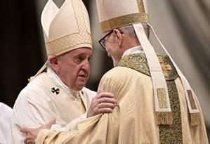 O Papa Francisco abraça o recém ordenado bispo Michael Czerny, que também será consagrado cardeal pelo Pontífice neste sábado: colaborador próximo na reforma do catolicismo Foto: VINCENZO PINTO / VINCENZO PINTO/AFP