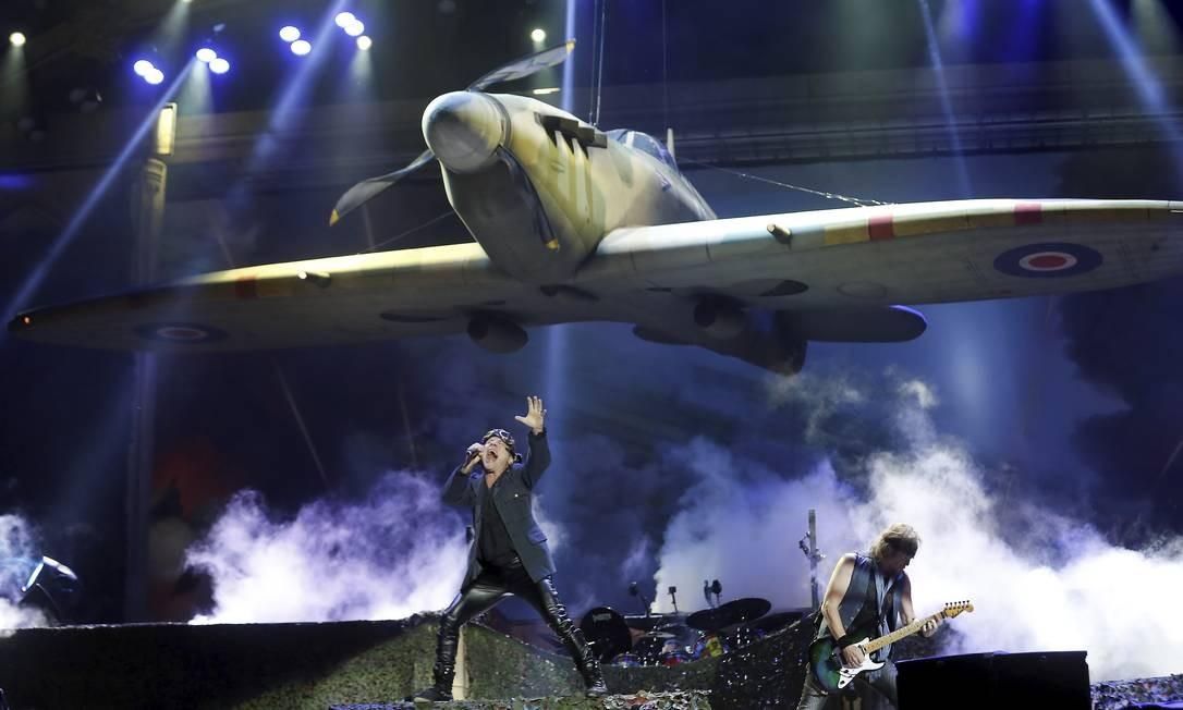 """Iron Maiden abriu com a música """"Aces High"""", com direito a um avião da Segunda Guerra no palco Foto: Marcelo Theobald / Agência O Globo"""
