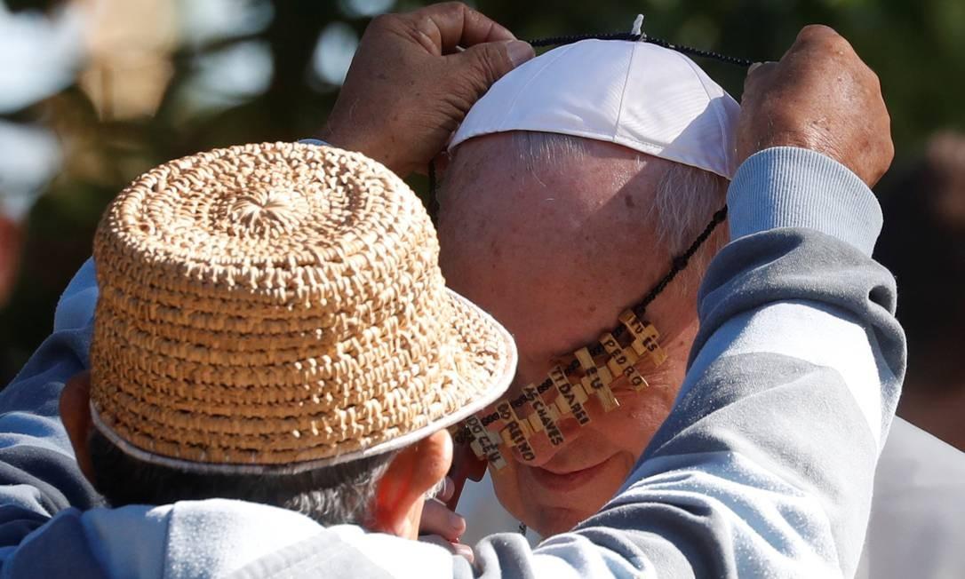 Papa Francisco recebe presente de indígena nos Jardins do Vaticano Foto: YARA NARDI / REUTERS/4-10-2019