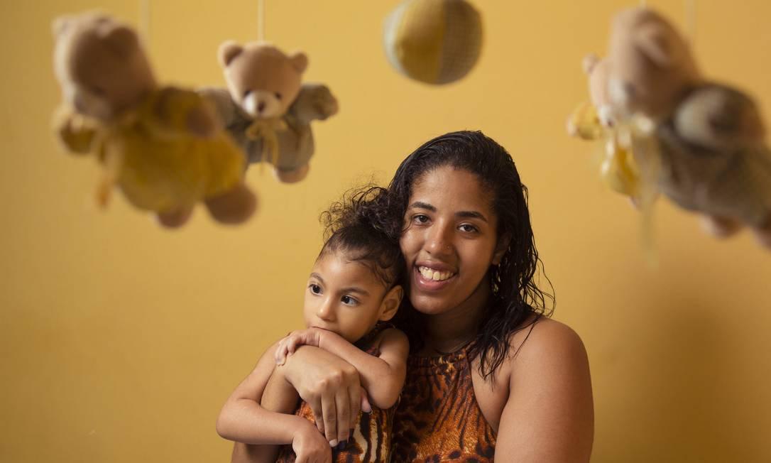 Kamila Mitidieri e a filha Sophia: síndrome da Zika Congênita, causadora da microcefalia, demanda fisioterapia motora e respiratória Foto: Leo Martins / Agência O Globo