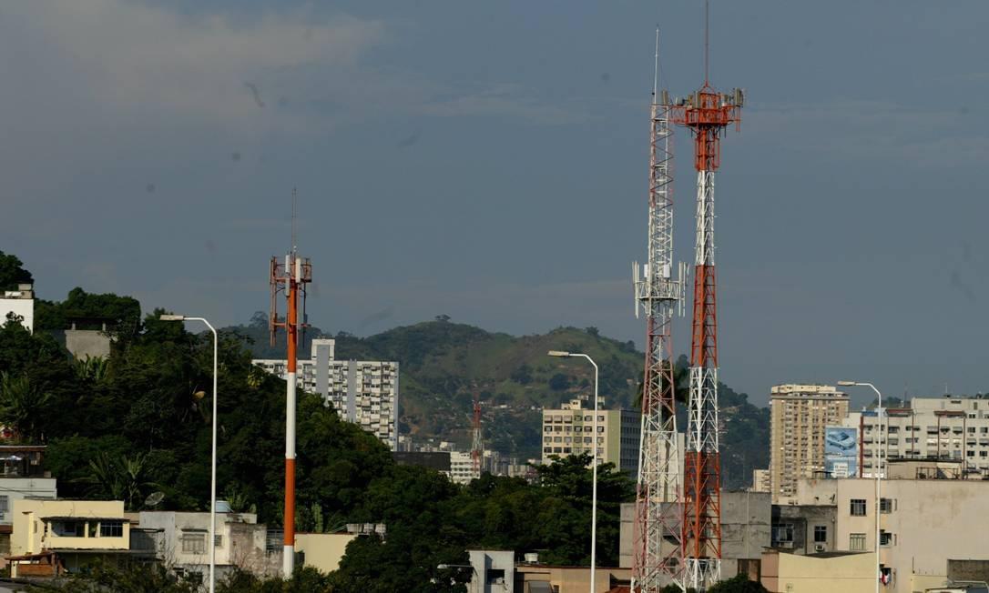 Torres de telefonia celular em Niterói: novas perspectivas para o setor. Foto: Berg Silva / Agência O Globo