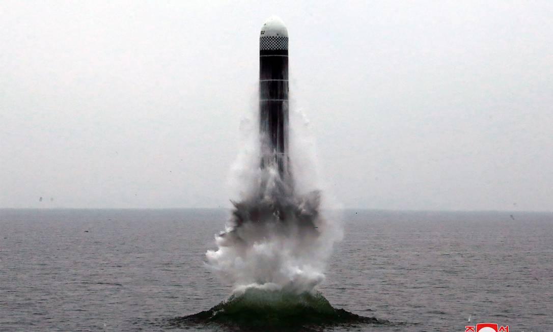 Imagem divulgada pela agência de notícias estatal norte-coreana KCNA na última quarta mostra o que seria o teste de um novo míssil balístico do país asiático que pode ser lançado de submarinos, o Pukguksong-3: esta era a primeira discussão formal entre EUA e Coreia do Norte desde que Trump e Kim se encontraram em junho e concordaram em retomar as negociações Foto: KCNA, via KNS/AFP/02-10-2019