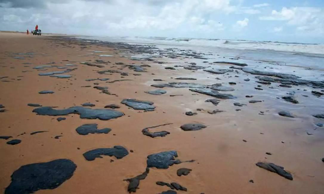 A praia de Ponta dos Mangues, no município de Pacatuba (CE), foi uma das atingidas pelo derramamento de óleo, cuja origem é desconhecida Foto: Brenda Dantas / Agência O Globo