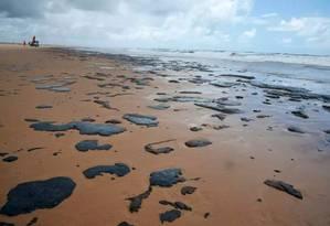 A praia de Ponta dos Mangues, no município de Pacatuba (CE), foi uma das 130 atingidas pelo derramamento de óleo, cuja origem é desconhecida Foto: Brenda Dantas / Agência O Globo
