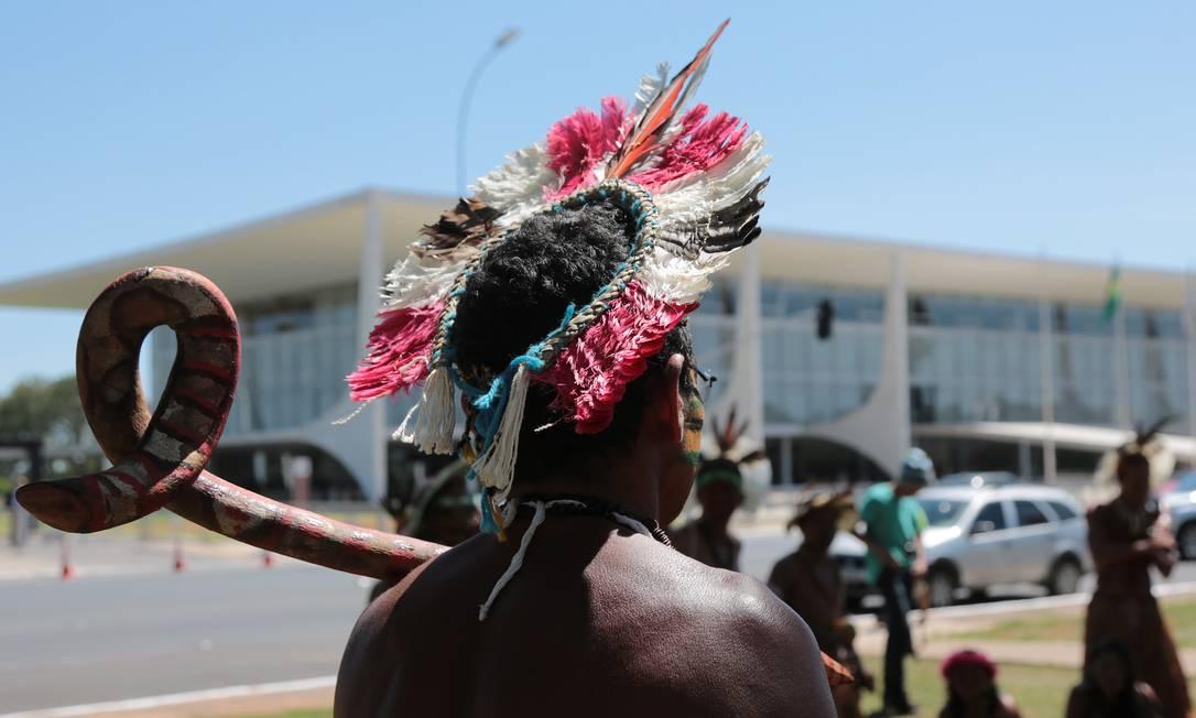 Índio caiapó diante do Palácio do Planalto, em novembro de 2015 Foto: Michel Filho / Agência O Globo