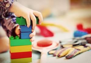 Criança brincando com blocos de montar: adultos precisam supervisionar a brincadeira e escolher produtos pela sua segurança Foto: Reprodução