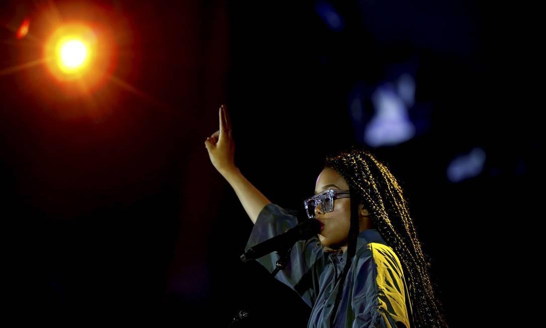 A jovem revelação de 22 anos veio acompanhada de uma banda azeitada e apresentou belas canções Foto: MARCELO THEOBALD / Agência O Globo