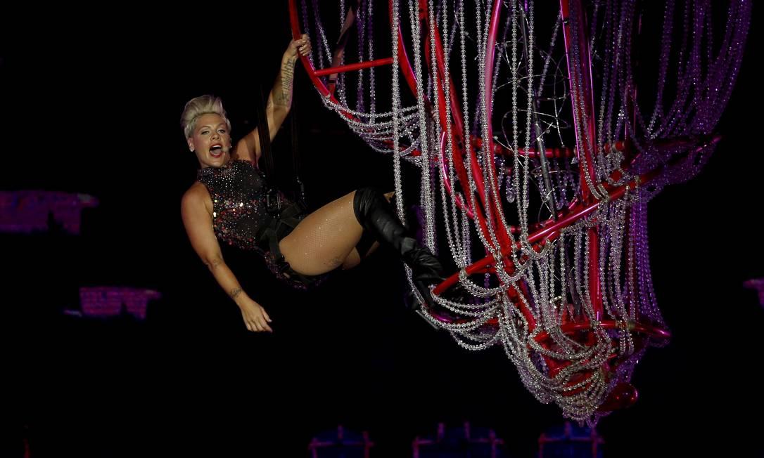 P!nk iniciou a apresentação fazendo acrobacia Foto: MARCELO THEOBALD