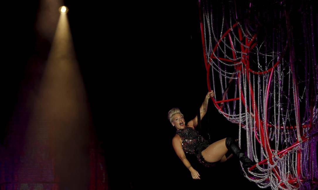Mesmo com todo o malabarismo, ela cantou para valer Foto: MARCELO THEOBALD / Agência O Globo