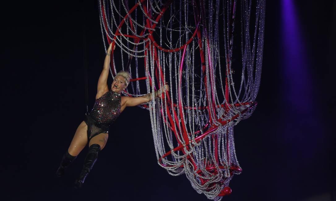 A cantora começou o espetáculo em grande estilo: fazendo piruetas, pendurada em uma espécie de lustre-gaiola Foto: Márcio Alves / Agência O Globo