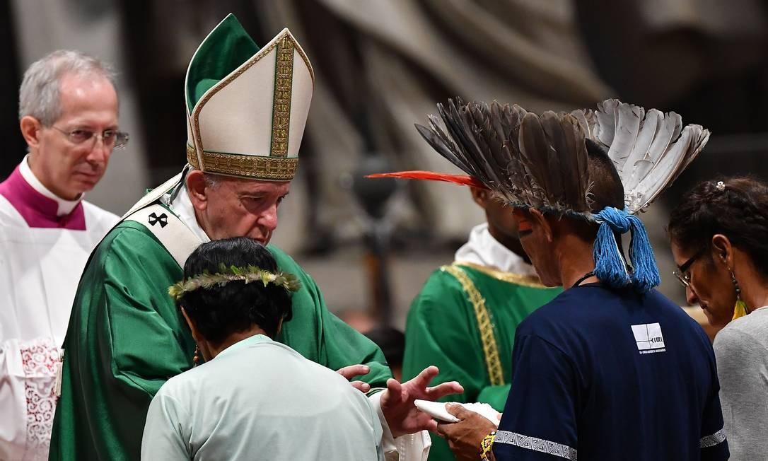 O Papa Francisco recebeu, no Vaticano, representantes de grupos indígenas da Amazônia durante o Sínodo Foto: TIZIANA FABI / AFP