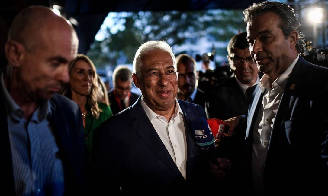 O primeiro-ministro de Portugal, António Costa, chega no hotel Altis, em Lisboa, para acompanhar a apuração dos votos Foto: PATRICIA DE MELO MOREIRA / AFP
