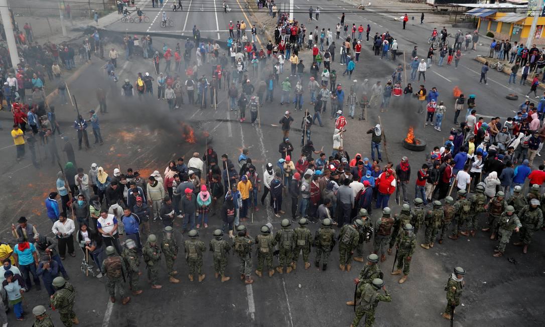 Manifestantes enfrentam soldados durante protestos contra o governo Foto: CARLOS GARCIA RAWLINS / REUTERS