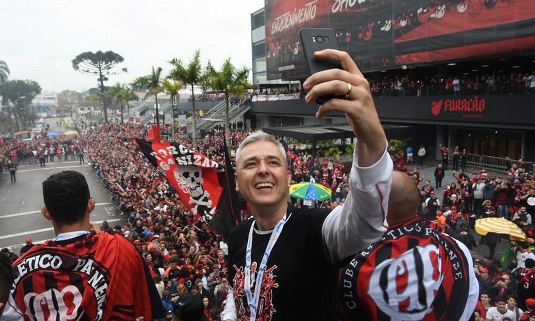 Tiago Nunes tira uma selfie na celebração do título em Curitiba Foto: Athletico/Divulgação