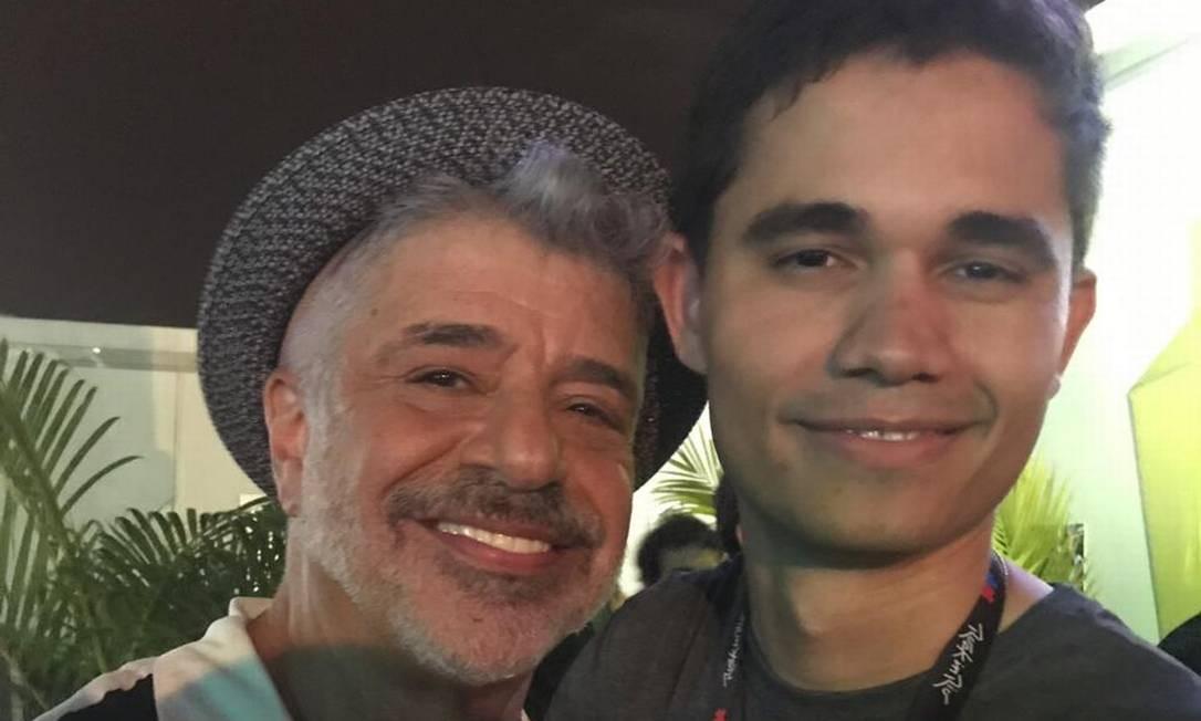 Lulu Santos foi recebido pelo marido, Clebson Teixeira, nos bastidores do palco Sunset Foto: Maria Fortuna / Agência O Globo